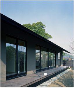 自然体でモダン 軒の出の美しい 平屋 casa basso