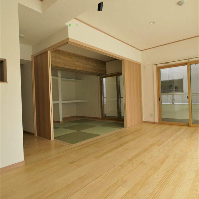 無垢の床と柱のない和室引き戸